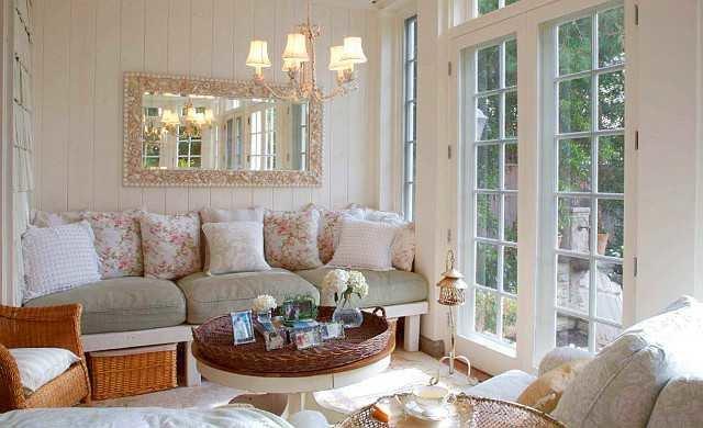 Кремовый диван с цветными подушками
