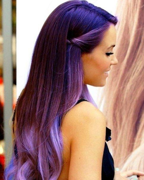 На фото модель с омбре, которое создавалось в сочетании фиолетовой и сиреневой краски.