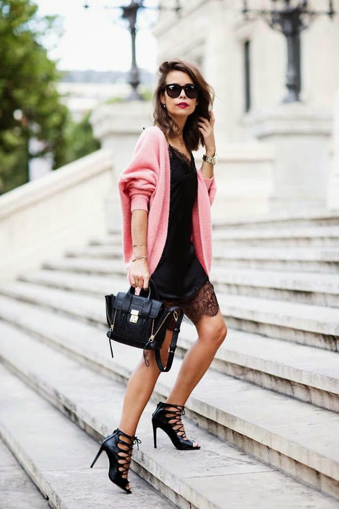 На фото модели демонстрируют как и с чем носить платья-комбинации
