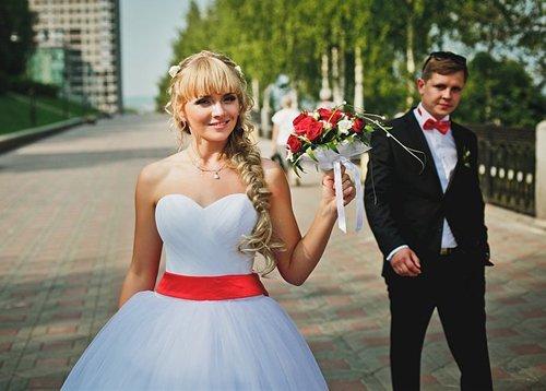 Свадебное платье с красной лентой на поясе