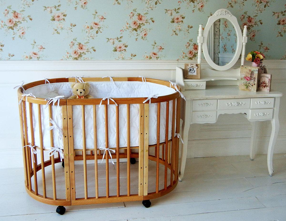 Передняя и задняя стенка кроватки изготавливается в виде решеток, на которые крепятся мягкие подушечки, защищающие малыша от ударов о дерево.