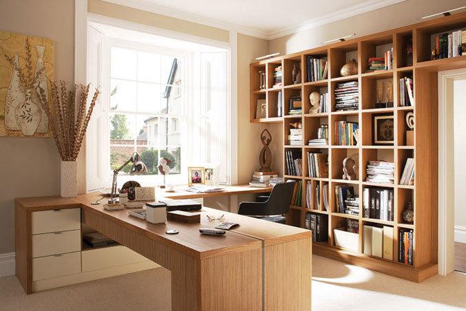красивый домашний кабинет в кремовом цвете