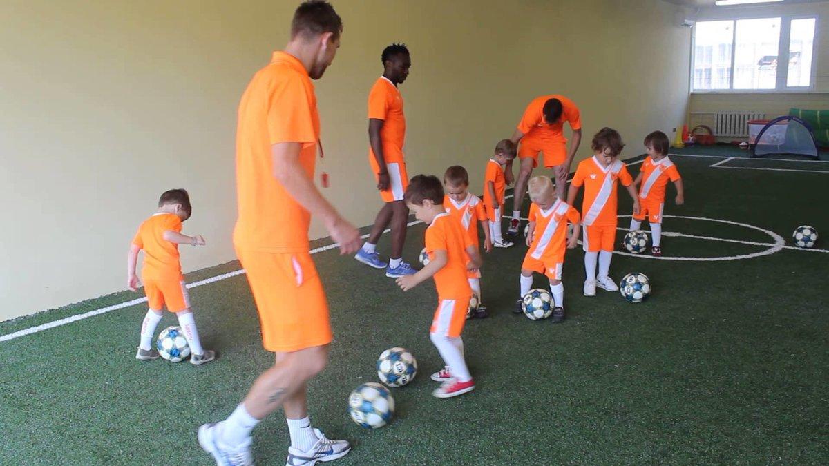 Сегодня мы предлагаем футбольные упражнения для детей 6–9 лет, в которых должен активно участвовать один взрослый, например, папа или дедушка.