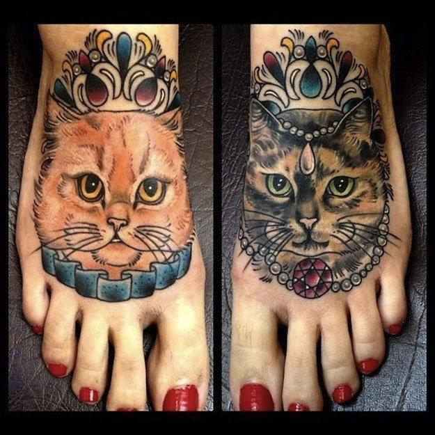 красивая женская татуировка на ногах