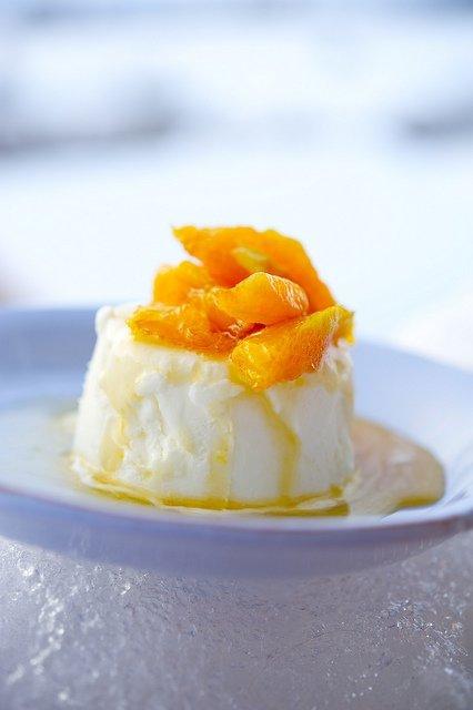 Десерт с йогуртом и апельсиновым соусом / Dolce di yogurt e salsa d'arancia | Элла Мартино Рецепты Кулинарные туры Итальянская кухня
