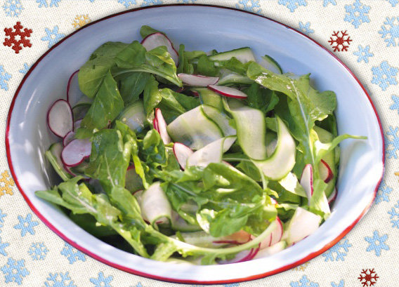 Салат из огурцов в салатнице