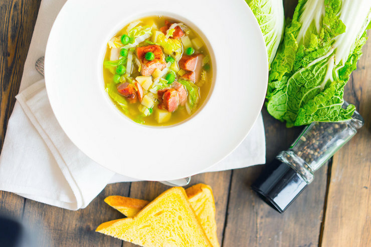 Суп-бульон с грудинкой и пекинской капустой