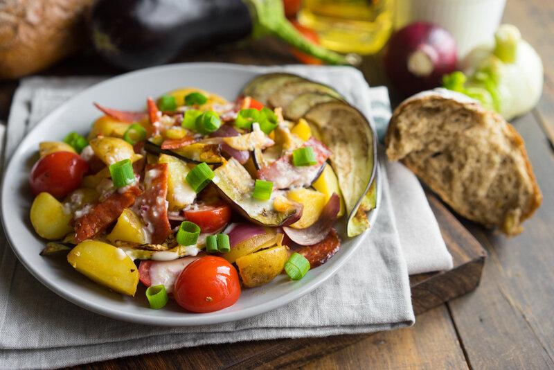 Тёплый салат с молодым картофелем и чоризо