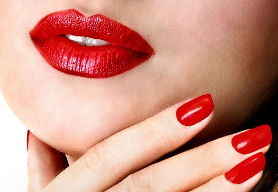 Брюнеткам идет насыщенный красный, блондинкам - ягодный цвет помады