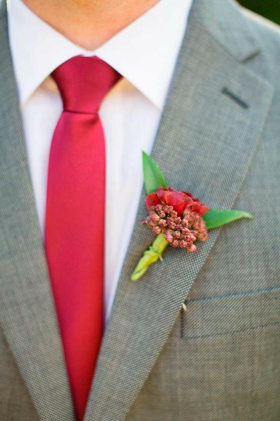 Костюм жениха с малиновыми элементами