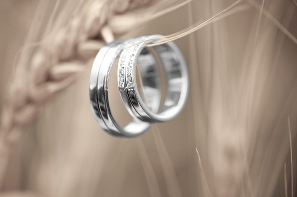 Обручальные платиновые кольца: все о них. Фото с сайта www.fotokanal.com