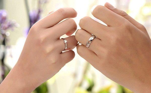 """""""Парные кольца Idee Paris с маленьким камнем и надписью """"""""Forever Love""""""""."""""""