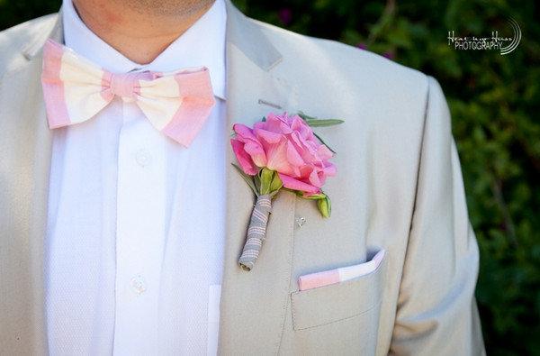 Розовый галстук-бабочка и бутоньерка в тон