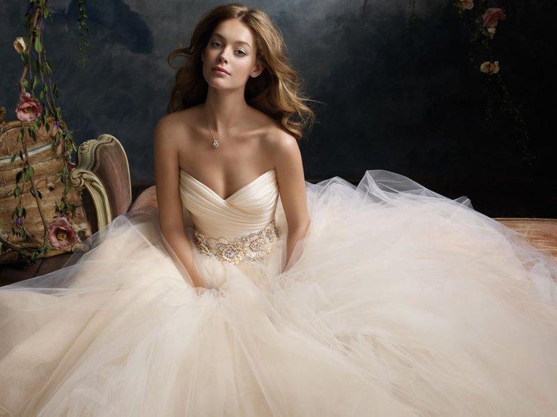 Свадебные платья на любой вкус - Прокат аренда автомобилей на свадьбу | Свадебный кортеж | Лимузин