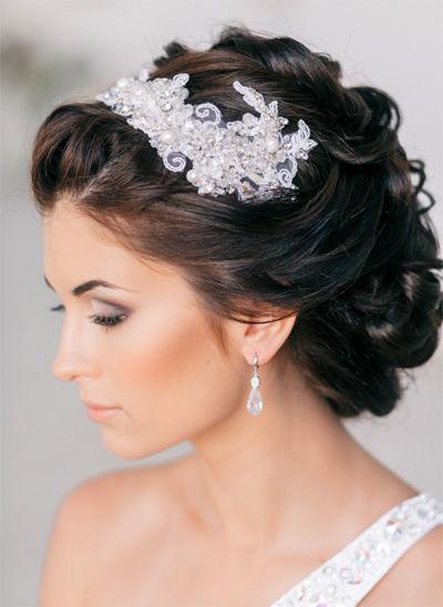 фото прически на свадьбу с диадемой