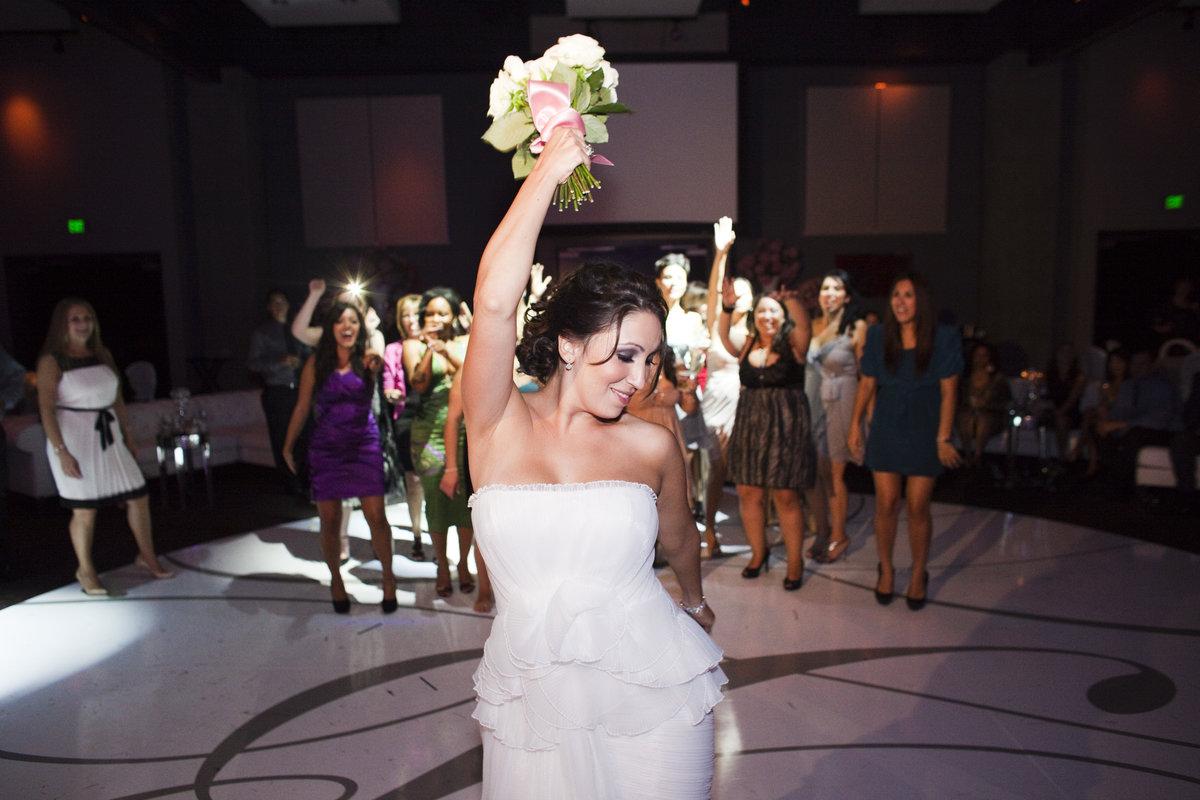 Какой букет бросает невеста на свадьбе живой или искусственный, цветов благовещенск цветок
