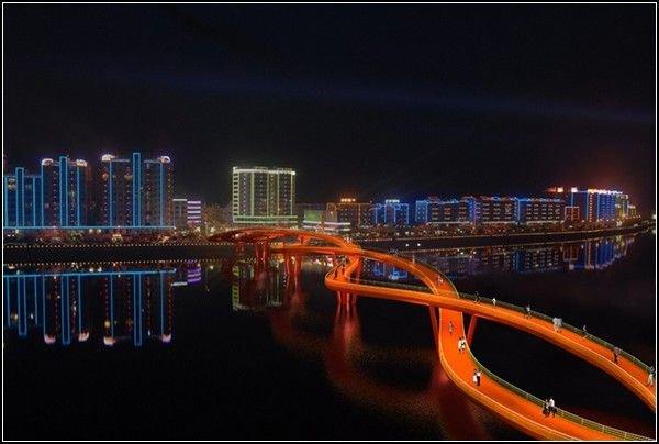 Спиральный мост Еще более странную структуру имеет мост, построенный архитектурной компанией WXY Architecture в китайской провинции Сычуань.  Если и искать что-то максимально похожее визуально на этот необычный мост, то, наверное, самым близким к нему будет двойная  спираль молекулы ДНК .