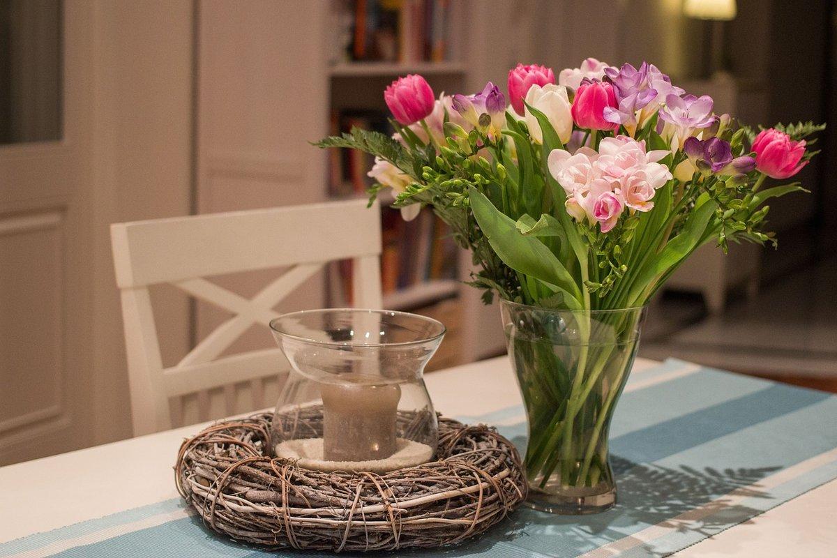 Фото цветов в вазе на столе