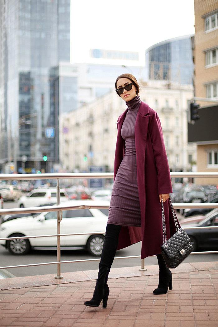 Длинное прямое пальто насыщенного цвета марсала.