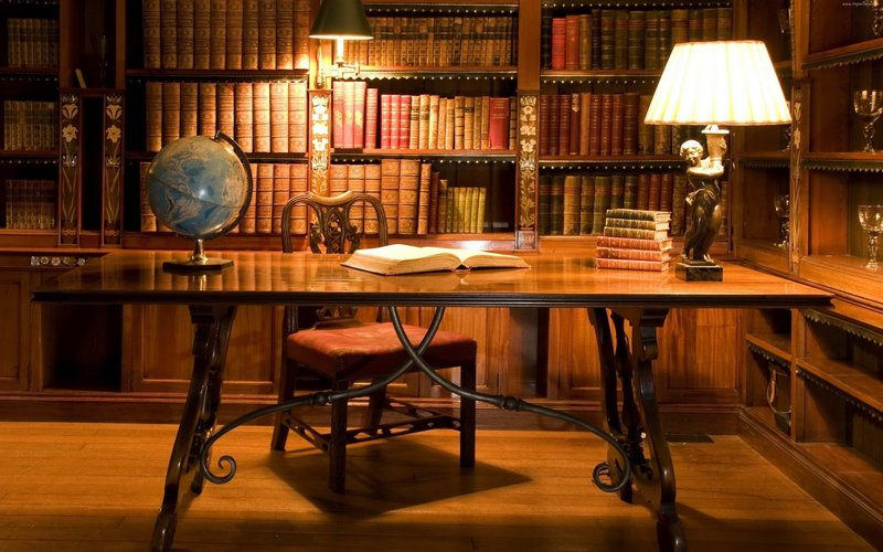 яркая настольная лампа и светильник в домашнем уютном кабинете