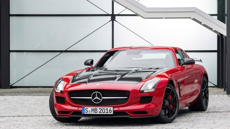 Автомобиль Mercedes-Benz AMG - Красный металлик, чёрные диски (вид спереди)