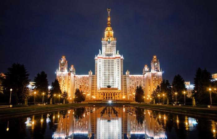 МГУ. Этот объект архитектуры притягивает взгляды не только туристов, но и москвичей.