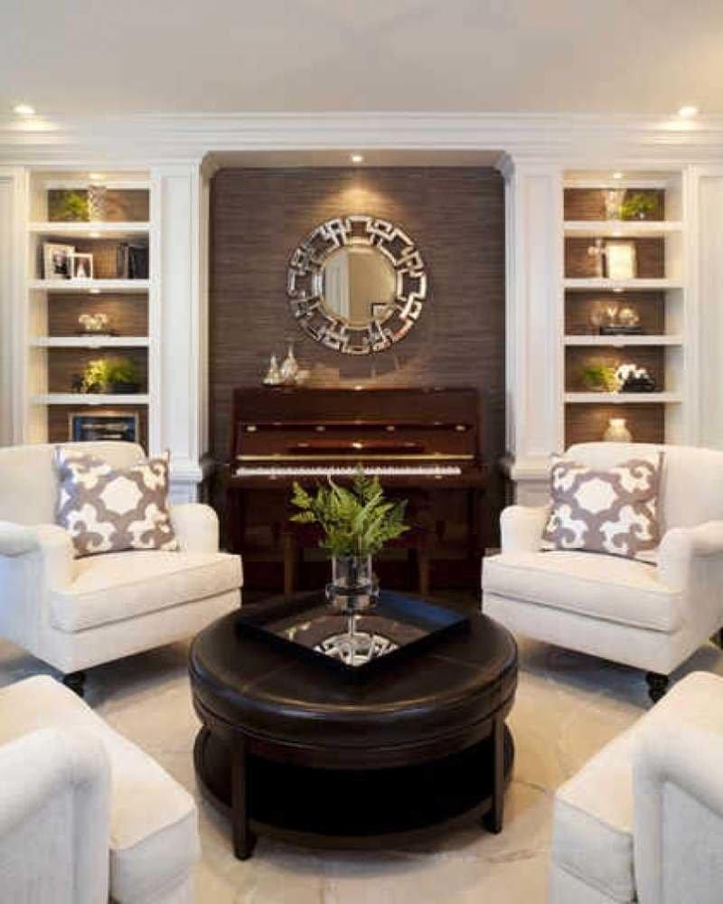 Музыкальная гостинная. пианино в нише и симметричные встроен.