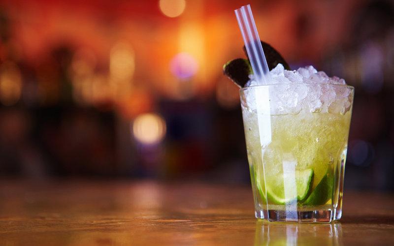 Макро, напиток, льдинки, трубочка, кружка, трубочки, кружки, посуда, коктейли, стаканы, столы, вода, коктейль, лёд, капитки картинки на рабочий стол в высоком качестве . Обоев в базе —