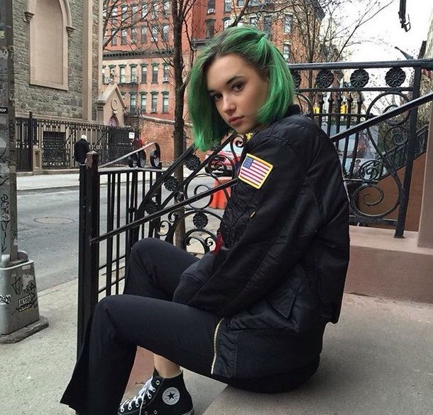 девушки с зелеными короткими волосами