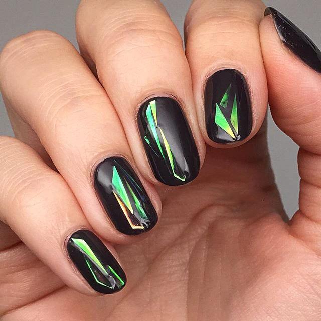 С помощью кусочков фольги разных форм можно каждый раз создавать миниатюрный nail-шедевр