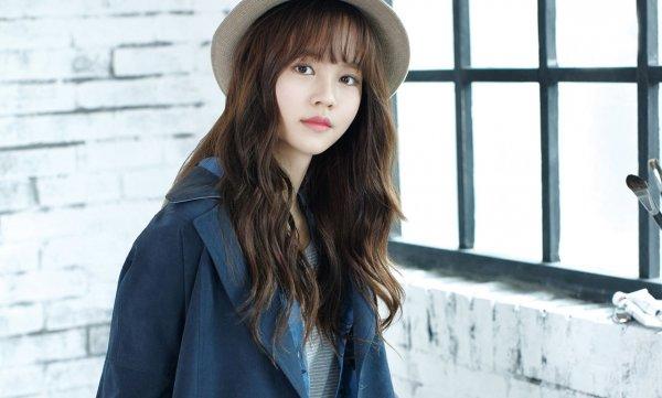 Помимо яркой помады корейские девушки используют в макияже губ нежный градиент.