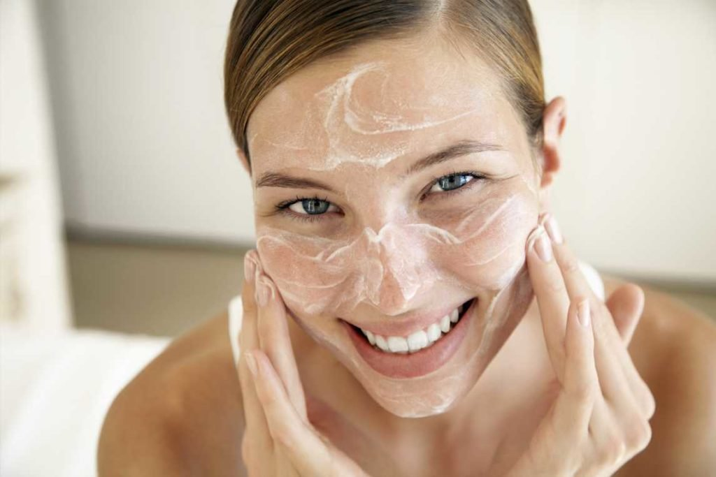 Уход за жирной кожей лица: нанесение увлажняющего крема