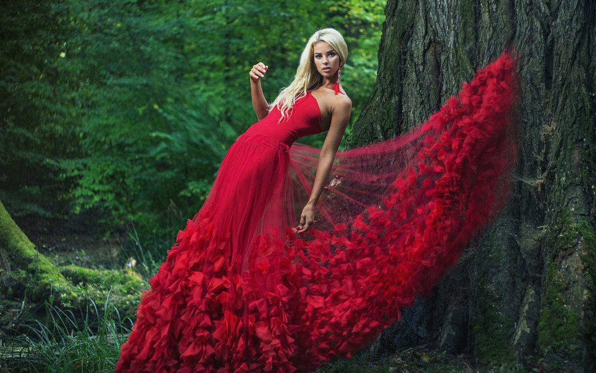 Онлайн, девушка на природе в платье