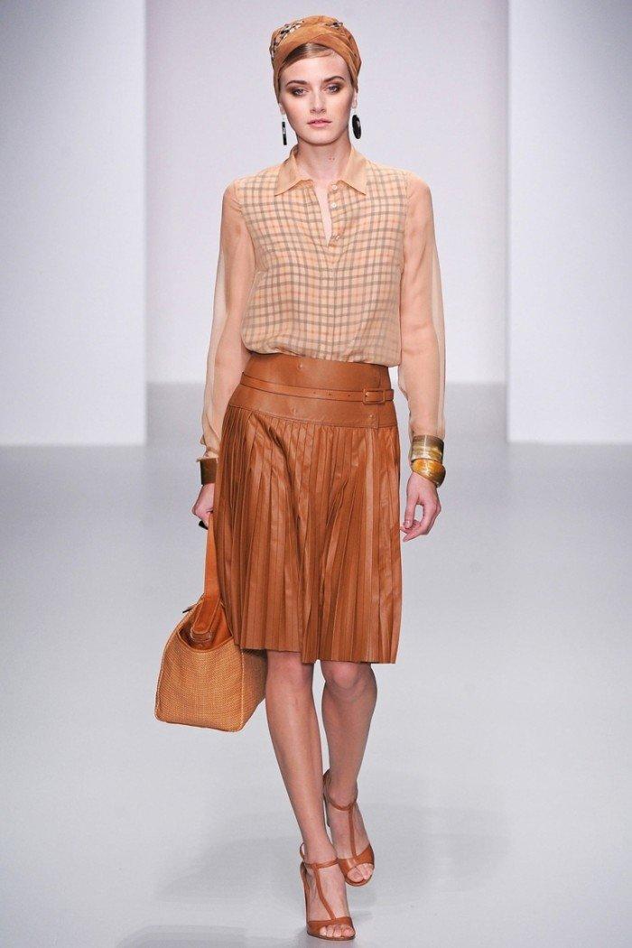 С чем носить кожаную коричневую юбку