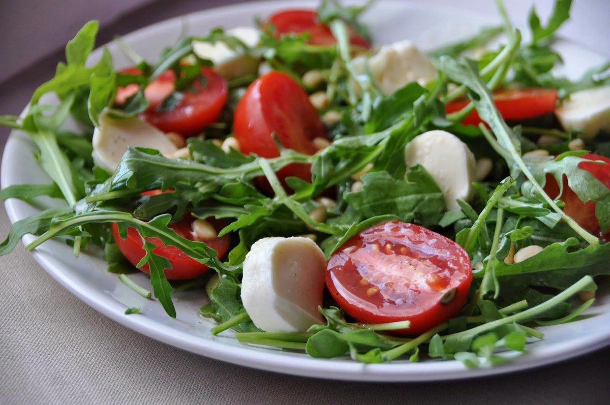 Такое блюдо следует готовить непосредственно перед подачей к столу, так как томаты со временем выпускают сок, а зелень становится вялой.
