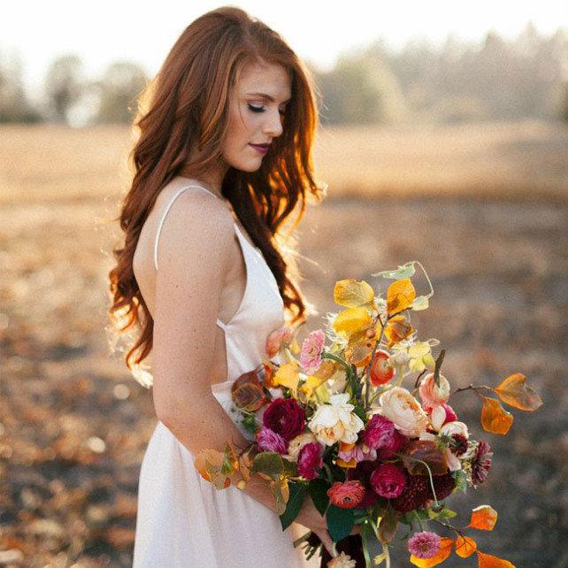Мы знаем, что осенние невесты уже вовсю готовятся к предстоящей свадьбе. Самое время определиться со свадебным макияжем и прической!
