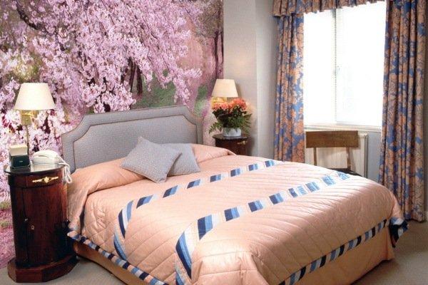 Фотообои для спальни с цветущей сакурой.