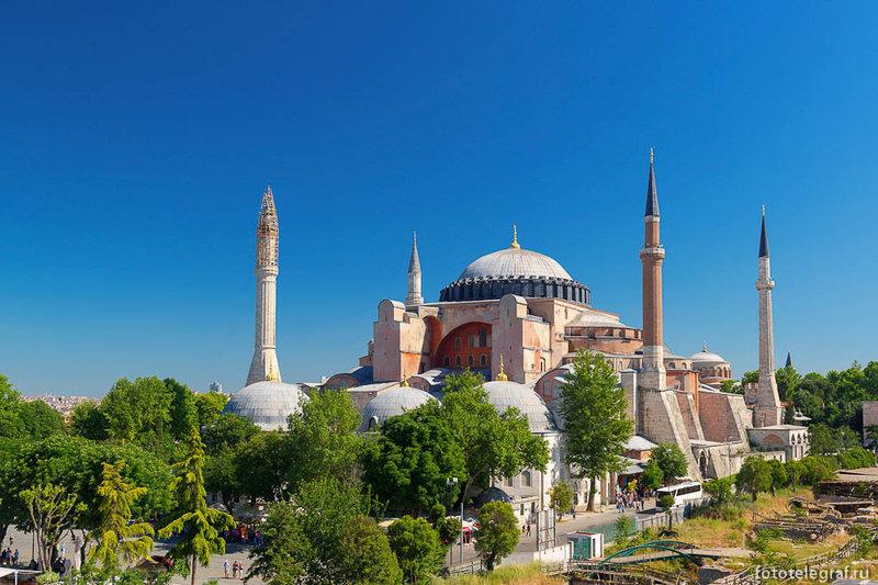 Собор Святой Софии, или Ая София, является главной достопримечательностью Стамбула и одним из древнейших христианских храмов, дошедших до нас почти в полной сохранности.