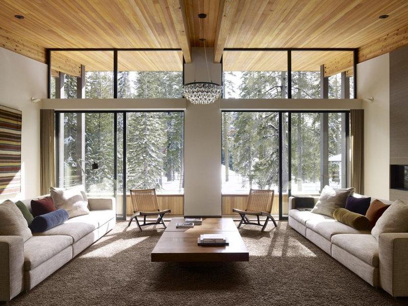 Интерьер дома с большими окнами.