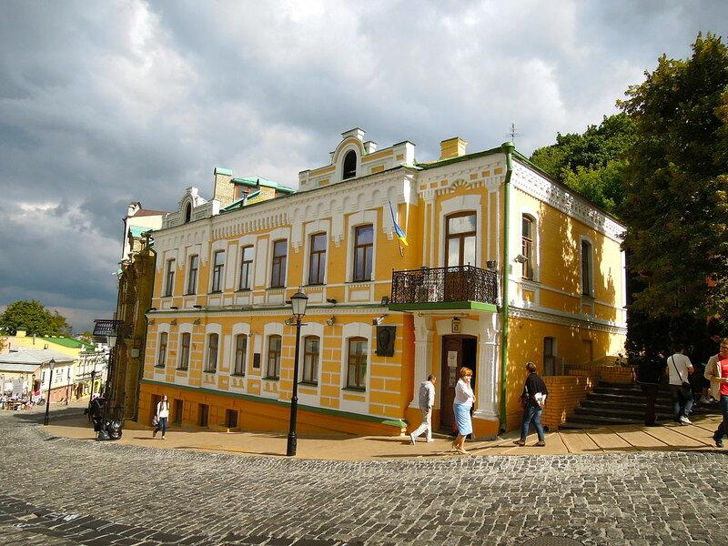 Музей Булгакова в Киеве расположен на одной из самых интересных и красивых улиц украинской столицы — Андреевском спуске.