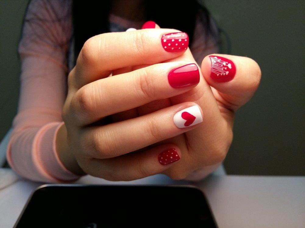 Дизайн создают, комбинируя два оттенки лака: белый и красный.