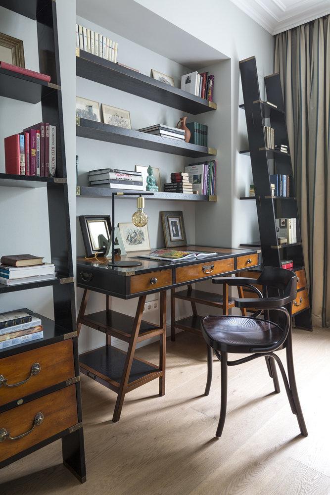 Синяя акцентная стена, удобный письменный стол и открытые стеллажи, мягкий диван с ворохом подушек, располагающий к отдыху – этот кабинет приковывает к себе внимание с первого взгляда