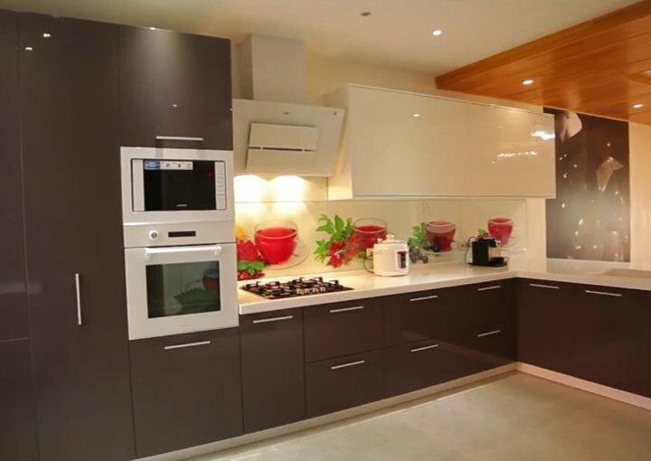 Черные и белые цвета в дизайне интерьера квартиры Гостиная получится элегантной, если одарить её желтоватыми шелковыми занавесками, мебелью с серой обивкой