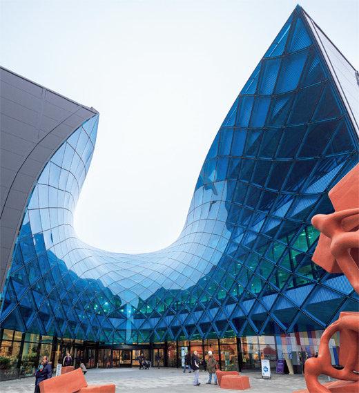 Торговый центр Emporia расположен в городе Мальмо (Швеция) неподалеку от новой железнодорожной станции Hyllie