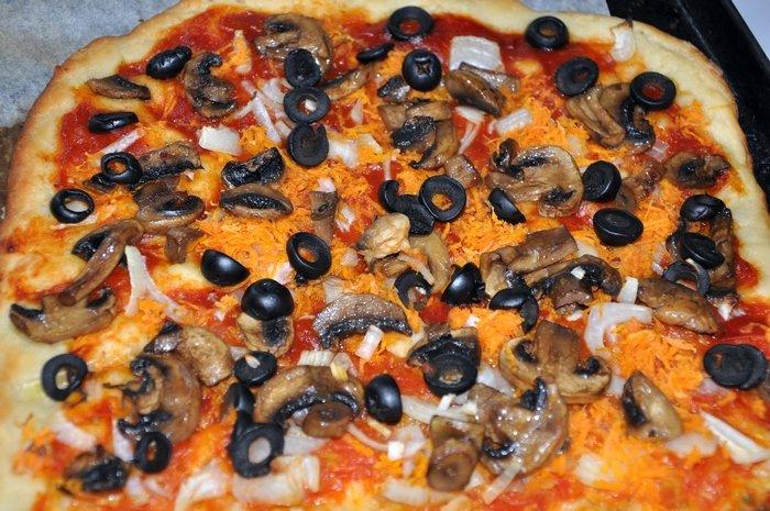 Для этой пиццы оливки и маслины нужны с косточкой.