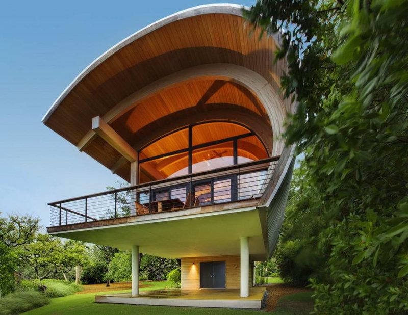 Дом с необычной формой крыши
