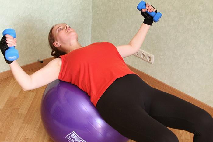 любое упражнение на фитболе - ето двойная нагрузка потому что нужно удерживать равновесие