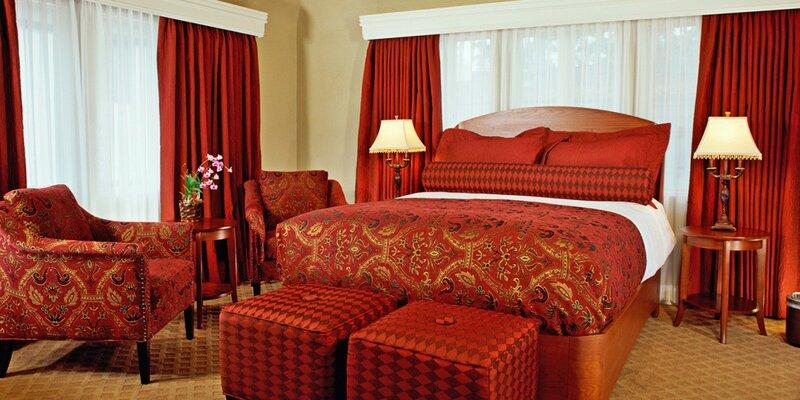 От количества красного цвета в этой спальне повышается кровяное давление :-)