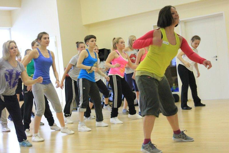 Не смотря на всю беззаботность и легкость танца, зумба достаточно серьезный вид фитнеса, который содержит в своих танцевальных движениях множество эффективных стандартных упражнений, таких как выпады, приседания, скручивания и другие.
