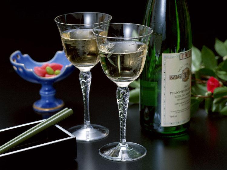 Открытка вино и бокалы